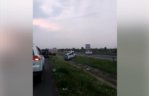 Tak Sabar Hadapi Macet, Mobil Ini Nekat Terobos Parit Pembatas Jalan Tol