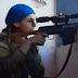 Combatente curda escapa por centímetros de levar um tiro de terroristas - A reação dela é surpreendente!