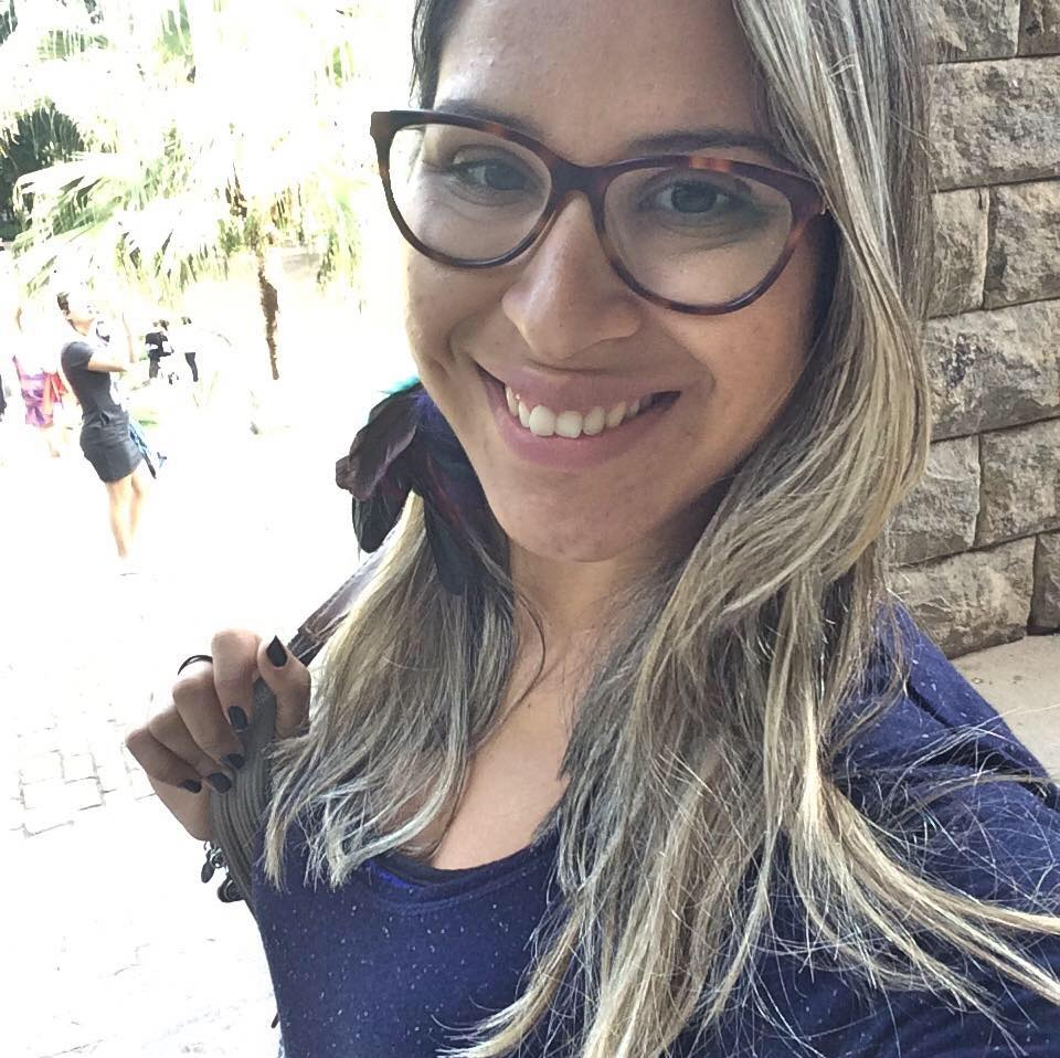 Olá amorecos, hoje trago mais uma autora do livro Bastidores  um dia na  vida de um blogueiro literário (resenha aqui) pra vocês conhecerem, ... d68dfe25a9