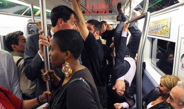 7 imagens de pessoas bizarras encontradas no Metrô