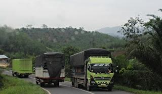 Truk melintasi lintas Timur Sumatera