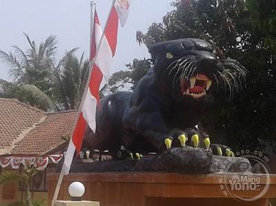 Patung Macan Besar Berdiri di Polsek Pabuaran, Subang