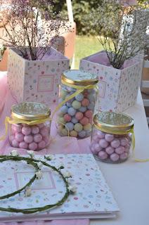 διακόσμηση τραπεζιού ευχών βάπτισης για κοριτσάκι με λουλούδια και πολύχρωμα κουφέτα