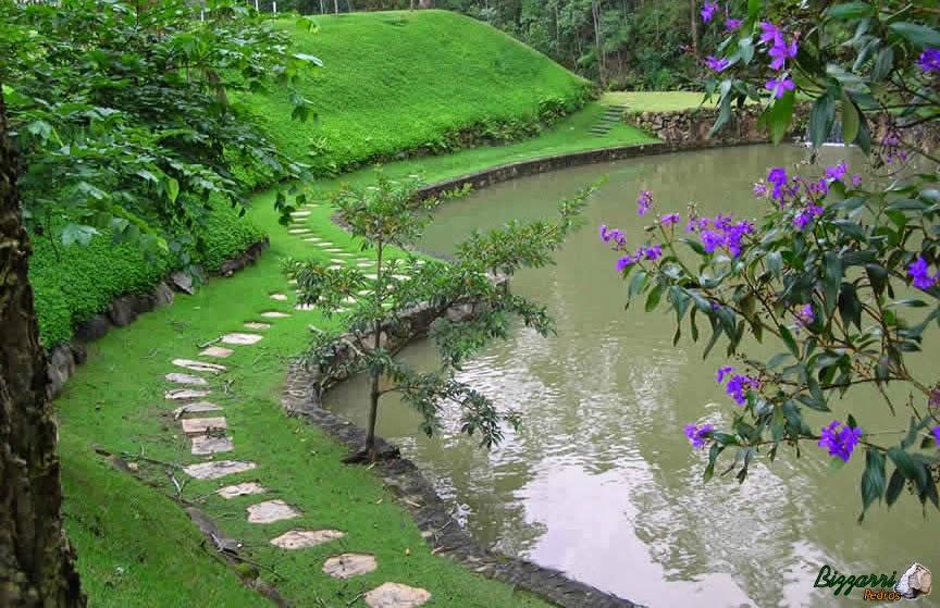 Construção dos muros de arrimo com pedra e a construção do lago com os caminhos de pedra cacão de Goiás e a execução do paisagismo.