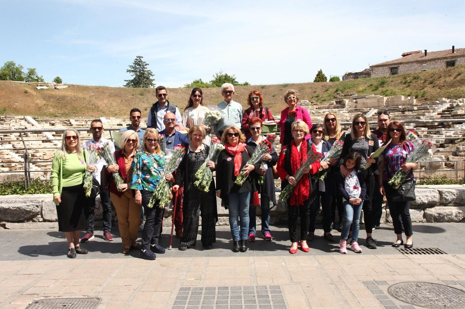 Με ένα λουλούδι εύχονται στις μητέρες υποψήφιοι της «Συμπαράταξης» στη Λάρισα