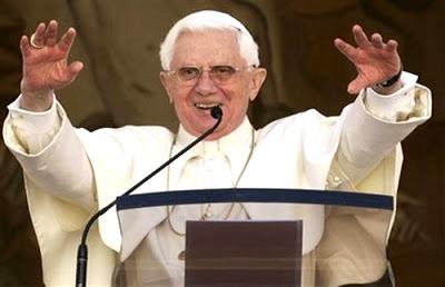 Foto de Benedicto XVI hablando con el pueblo