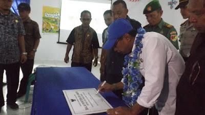 Bupati Landjar saat menandatangani Prasasti peresmiaan Balai Desa Jiko Balanga.