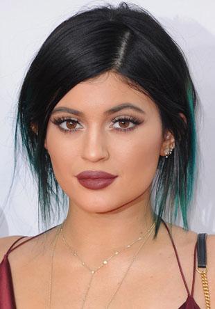Kylie Jenner se dúvidas é inspiração, além de ter a sua própria marcar de cosméticos, para muitas meninas que amam maquiagem e beleza ela é uma grande inspiração, pois ela sempre tem algo novo para mostrar. Aqui você vai se inspirar nessa 8 makes incríveis da Kylie Jenner.