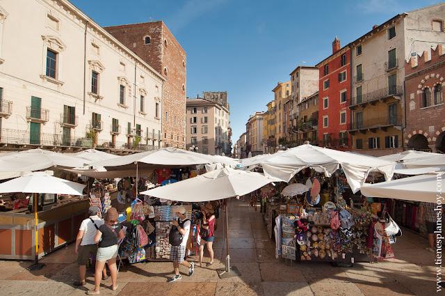 Piazza delle Erbe viaje Italia Verona ciudad imprescindible