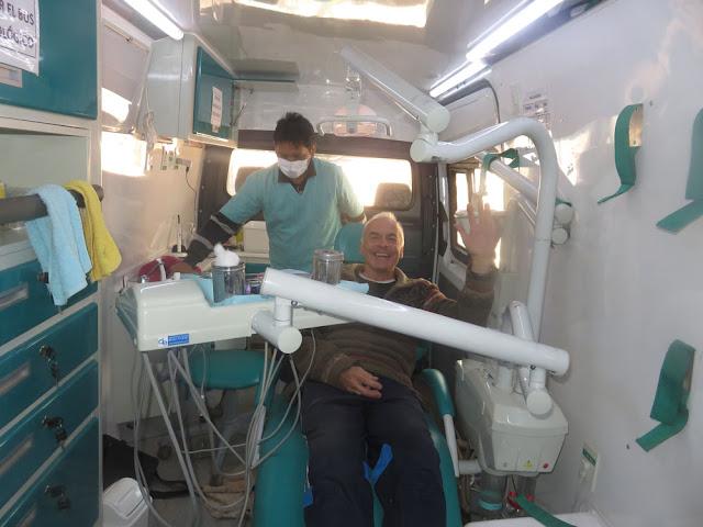 """Heute Morgen war ich beim Zahnarzt in Mojinete. Bei meinem """"Patenkind"""" aus Llicas Zeiten. Kronen werden erneuert, was """"VIEL"""" billiger als in DL ist. Natürlich ist in DL das Material besser.  Ich wurde ihm Zahnarzt-Mobile behandelt, mit welchem der Doc auch auf die Dörfer fährt. Das Mobile hat mit allem einen Wert von 100.000 USD. Im Departamento Potosí gibt es 40 davon.  Heute Nachmittag geht es nochmals kurz nach Casa Grande, um den Dachstuhl der Kapelle zu """"bestaunen"""" ... morgen dann nach Uyuni und am Montag nach La Paz"""