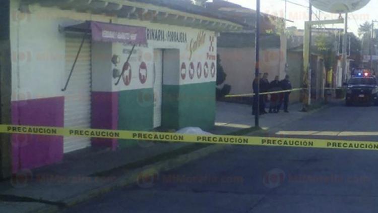 Fusilan con  AR-15 a sujeto en plena vía pública de Michoacan