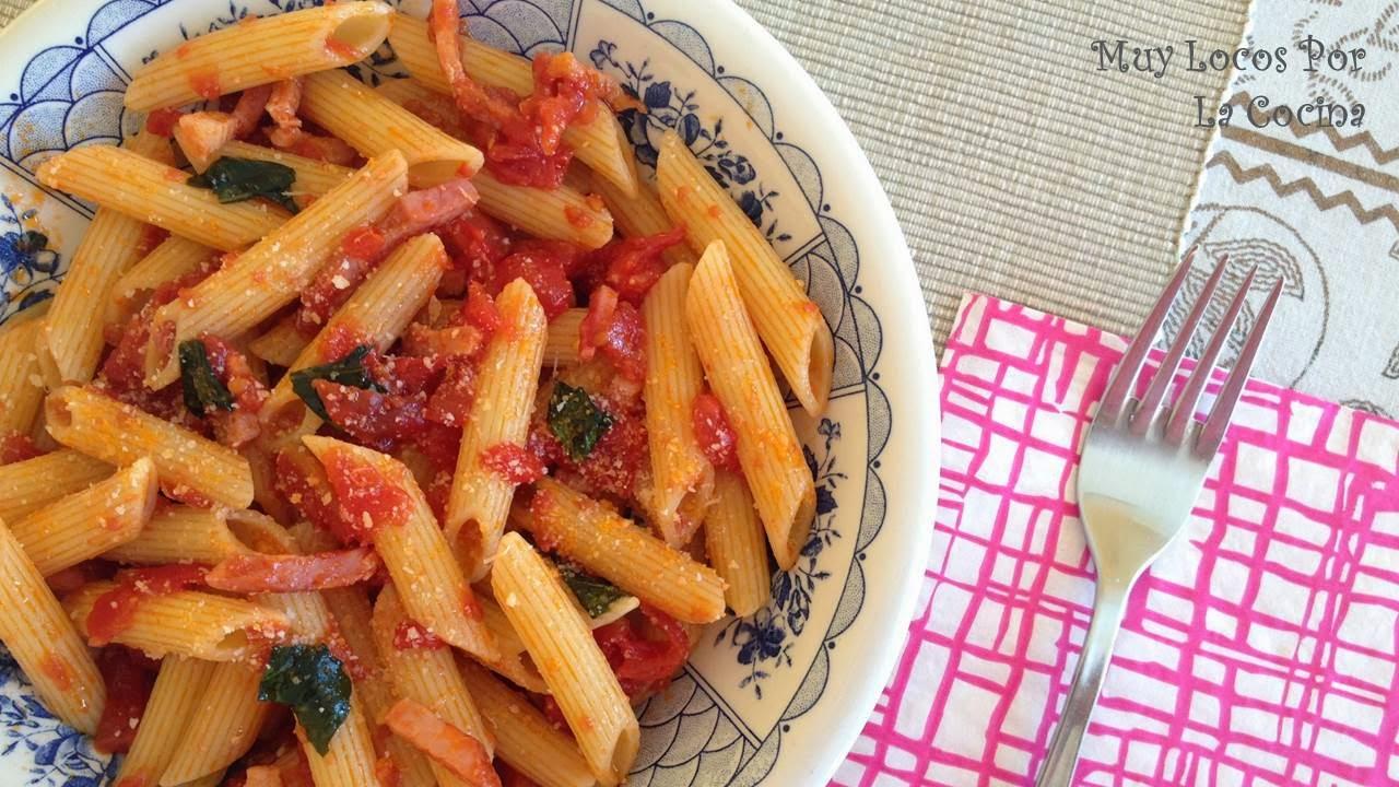 Penne all'Arrabbiata (con Salsa Picante de Tomate, Bacon y Hojas de Albahaca)