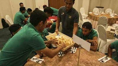Timnas Sepak Bola Indonesia Hanya Diberi Sisa Makanan di Hotel