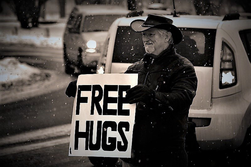 """Dünyada genelinde yaygınlaşan ve sevgiyle kucaklaşmayı esas alan """"Free Hugs"""", yani """"Sarılmak Bedava"""" akımına katılan bir kişi"""