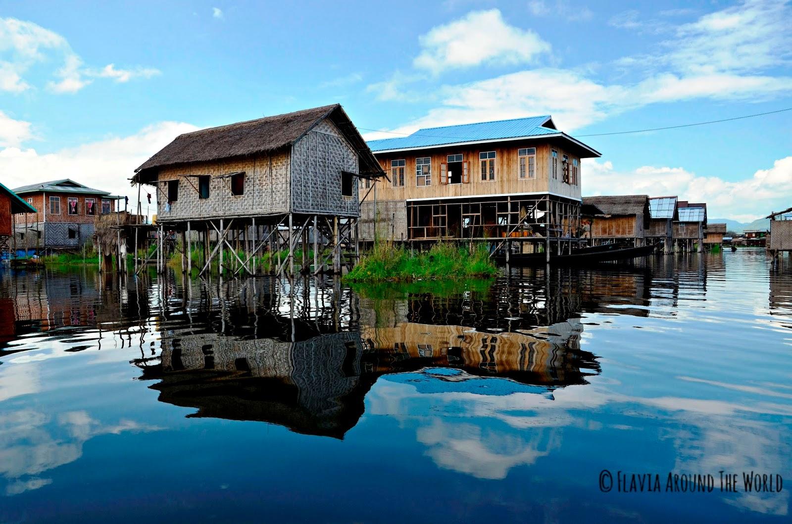 Casas flotantes con reflejos en el lago Inle