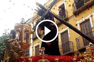 Petalada al Cristo de los Gitanos en Cuesta del Bacalao (Sevilla 2016) en la Madrugada de la SEmana Santa de Sevilla