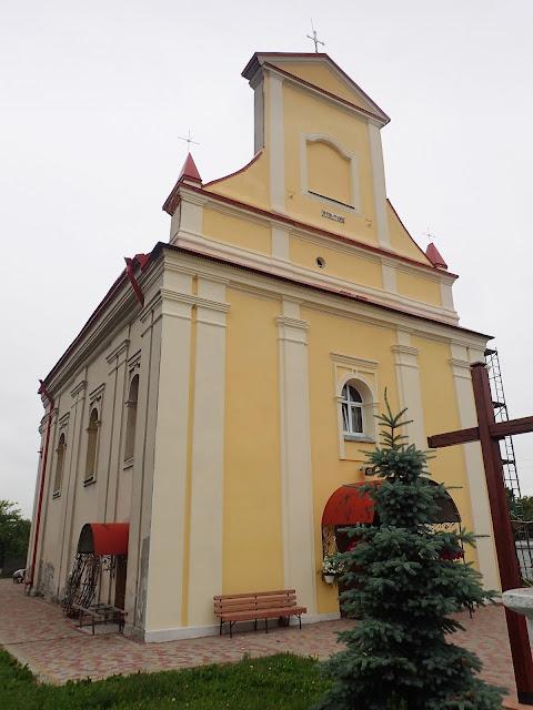 Cerkiew jest odnowiona, w przeciwieństwie do kościoła