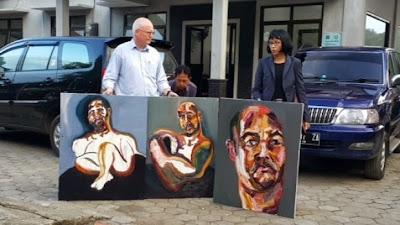Julian McMahon and Paris Aristotle with self-portraits by Myuran Sukumaran