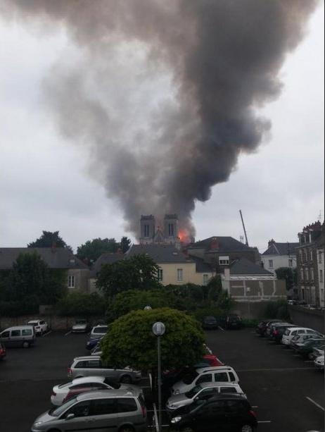 Incendie de Notre-Dame : vitesse de propagation, fumée jaune… un attentat à la thermite ?