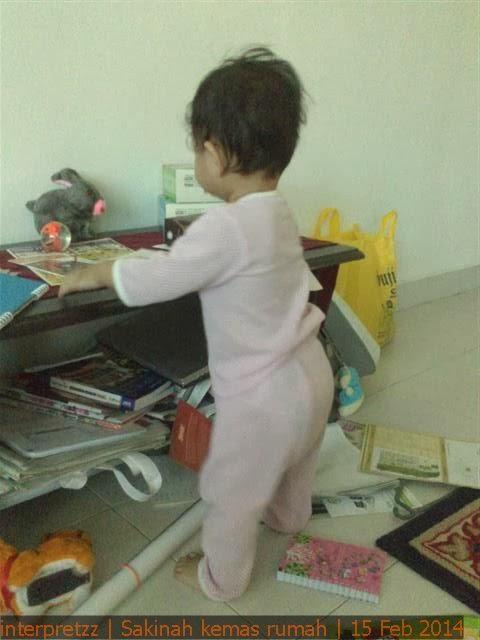 Gambar Sakinah sedang kemas meja kopi