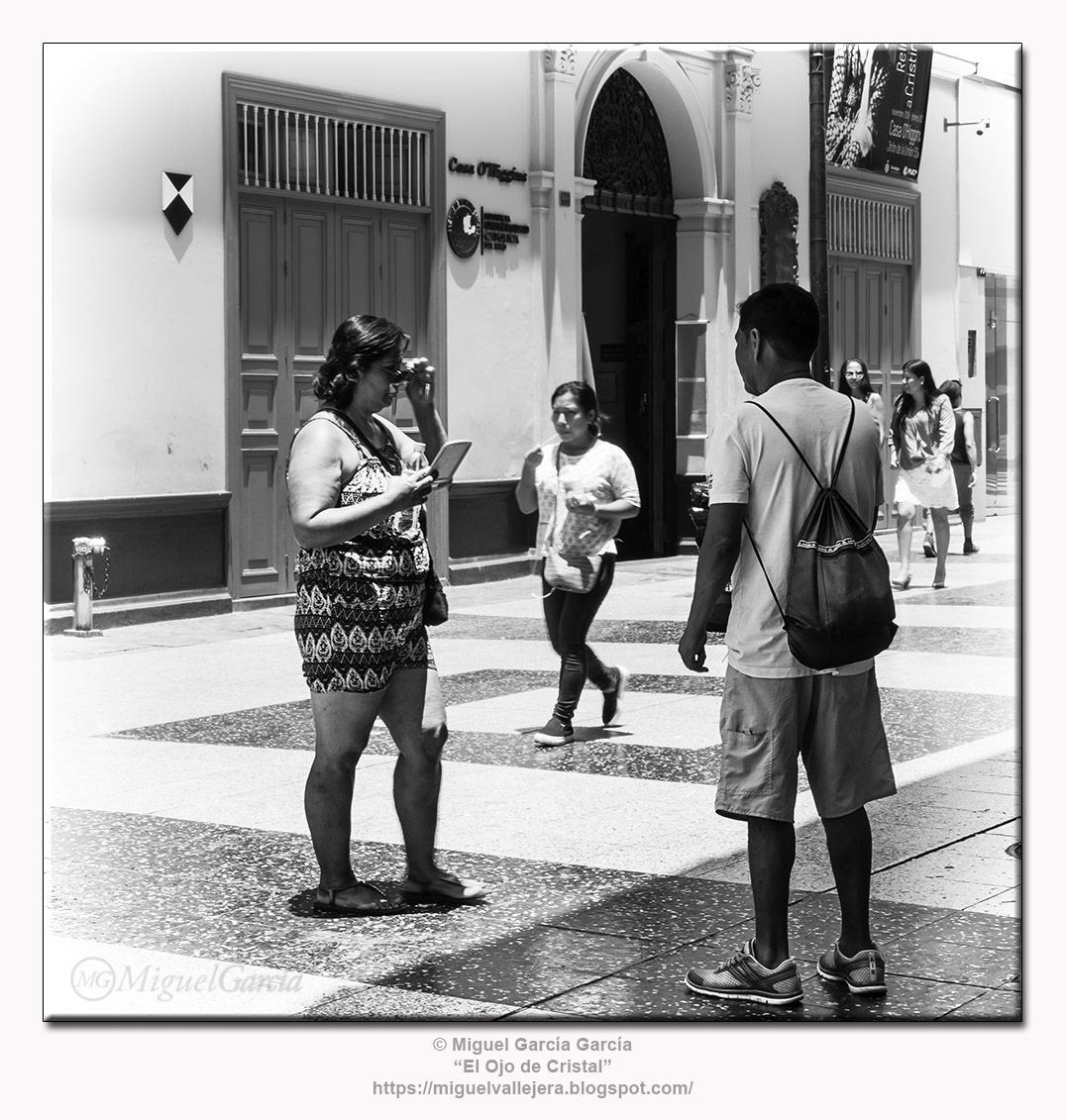 Jirón de la Unión, Lima.- El vendedor de gafas de sol.