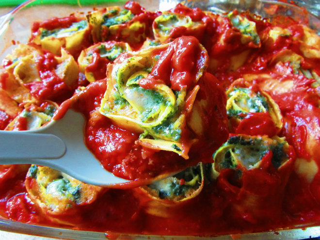 Squash and spinach pasta rotolo by Laka kuharica: fresh lasagne sheets make a filled roll that is sliced and baked in sauce