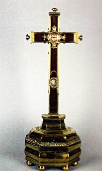 Σταυρός με Τίμιο Ξύλο και με ενσωματωμένο αρχαιοελληνικό ροδίτικο νόμισμα που πιστευόταν κατά τον Μεσαίωνα ότι ήταν αυθεντικό αργύριο του Ιούδα Ισκαριώτη. Βρισκόταν κάποτε στην κατοχή των Καπουκίνων μοναχών στο Enghien του Βελγίου.