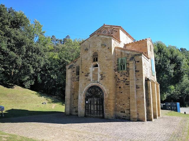 Entrada principal a San Miguel de Lillo en Oviedo (Asturias-España)