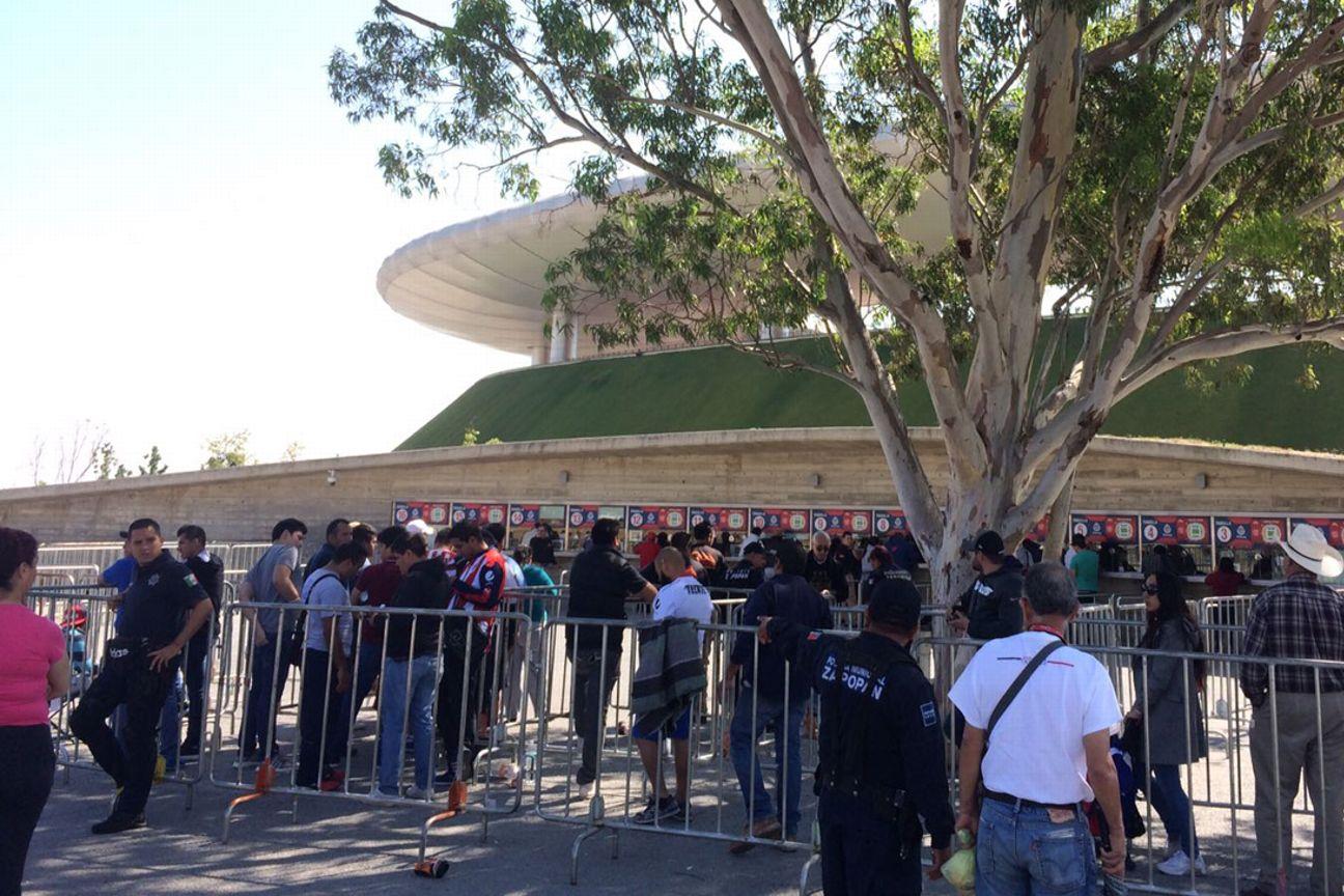 Seguidores del Guadalajara buscan boletos.