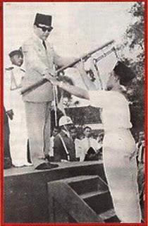 penyerahan panji pramuka oleh presiden soekarno