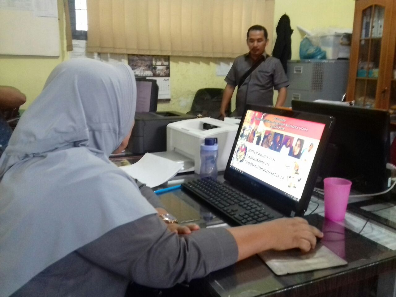 Sejumlah staf KPU Labuhanbatu sedang melakukan kegiatan sekaitan tahapan Pilgub Sumut.