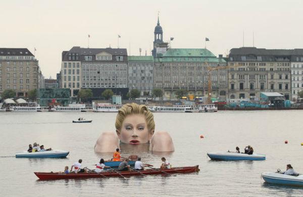 Wanita Raksasa Ini Mendadak Viral di Sosmed Setelah Berendam di Tengah Danau Jerman