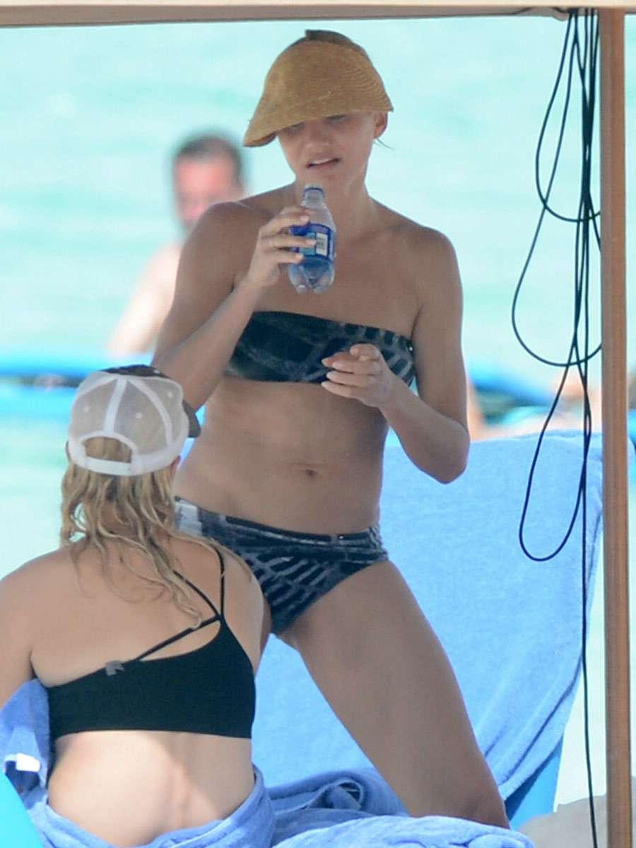 GELORA ASMARA: Cameron Diaz shows off her yummy and juicy bikini ass