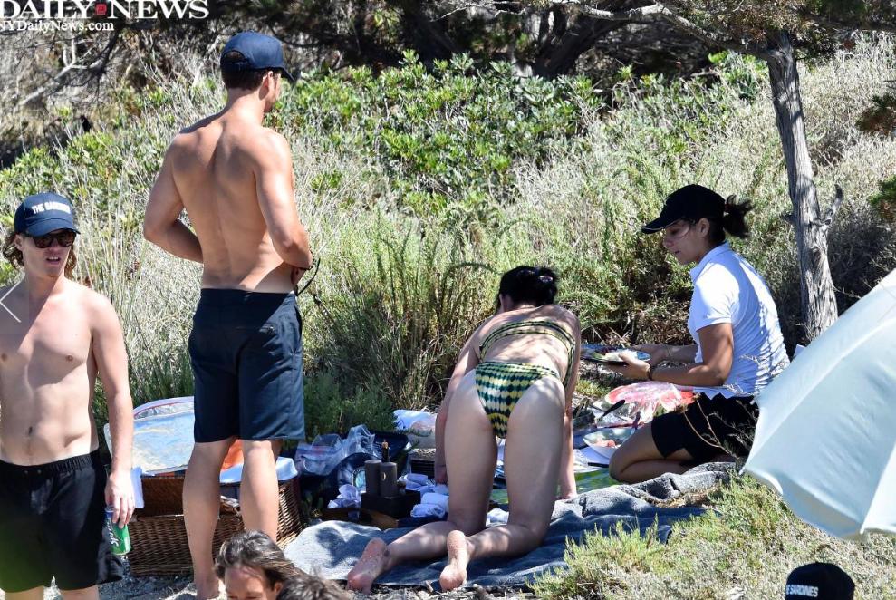 Katy Perrys Boyfriend Orlando Bloom Frolics The Beach -1496