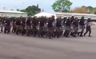 Video - Tropa do Exército em trajes GLO canta, Ataca a Jararaca