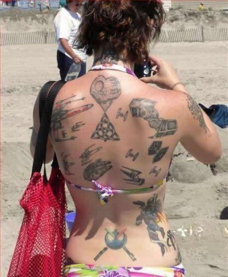 vemos a una preciosa modelo con un tatuaje de estilo geek