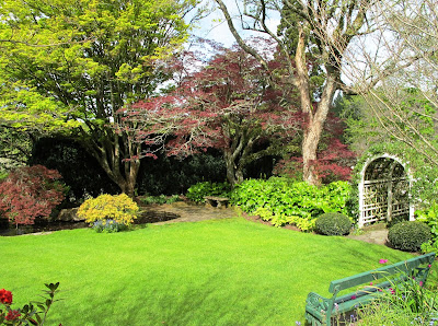 English-style garden with park bench and arch trellis.