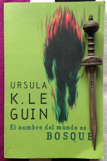 Portada del libro El nombre del mundo es Bosque, de Ursula K. Le Guin