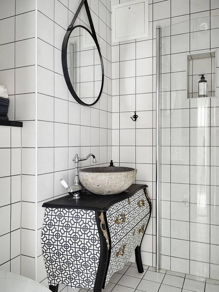 Un lavabo de salle de bains sur une commode