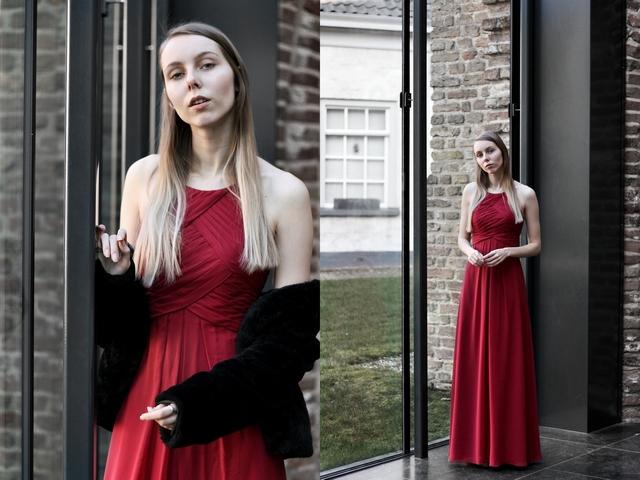 Outfit met bordeaux rode AW Bridal Awei review avondjurk gala jurk op locatie Gasthuiskerk Doesburg