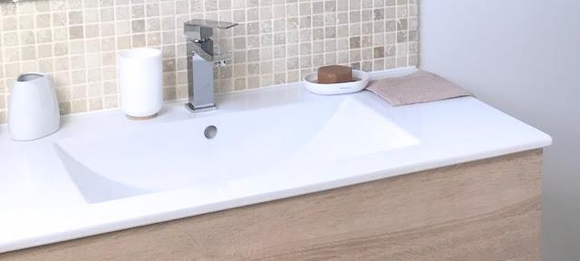 vue du plan vasque en céramique blanche et mosaique mmurale en travertin