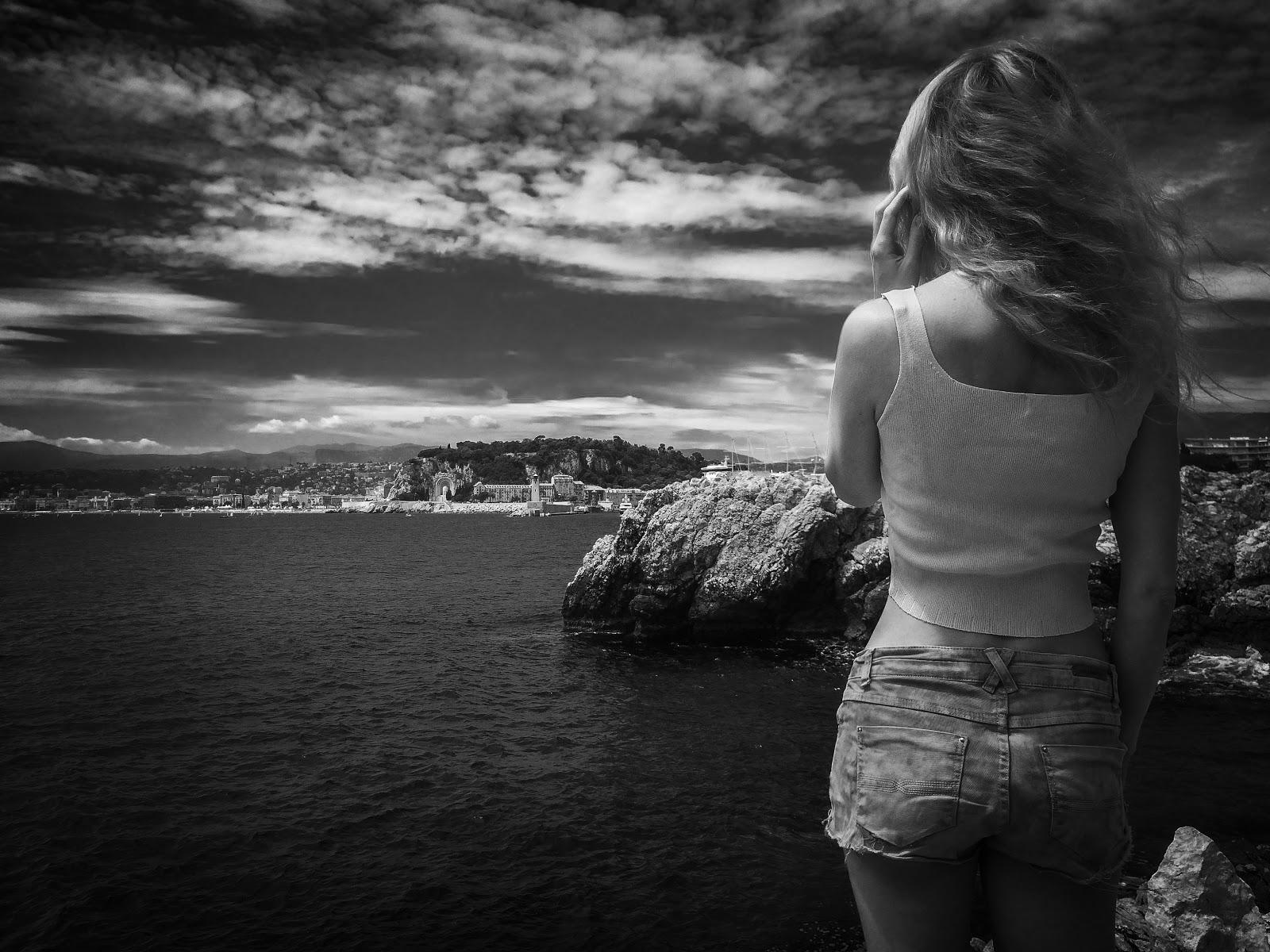 海へ向いて立っている女性の後ろ姿