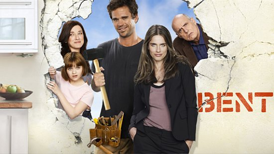 Bent - Amanda Peet and four cast members behind a huge hole in wall