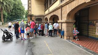 Los padres recogen a los niños el último día de la guardería de La Milagrosa
