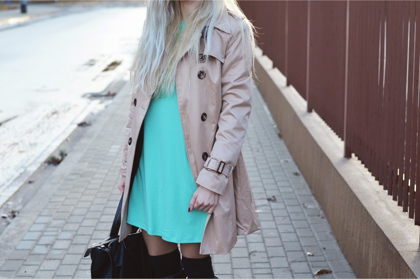 MINT DRESS, BEIGE TRENCH COAT, OVERKNEE SOCKS & HUNTERS / MODA BEZ OGRANICZEŃ - Fundacja Hipoterapia