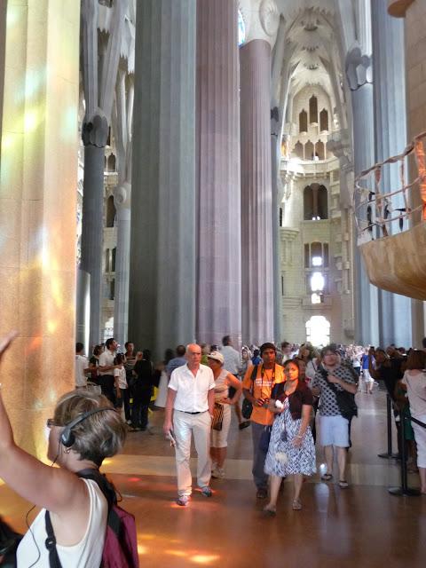 Внутри Храма Саграда Фамилия по проекту Гауди в Барселоне все пронизано светом