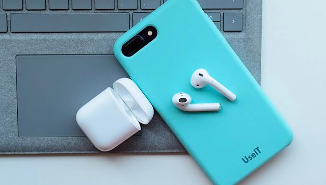 La multinacional estadounidense Apple anunció este miércoles una renovación de sus populares auriculares AirPods, que a partir de ahora tendrán un cargador inalámbrico en la funda y podrán recibir órdenes de voz mediante el asistente personal de la compañía, Siri.