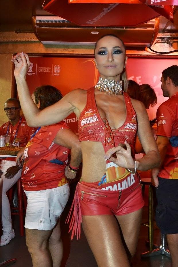 0255e94e3b101 Fantasia de Sabrina Sato chega de motoboy na Sapucaí   Amo todos eles