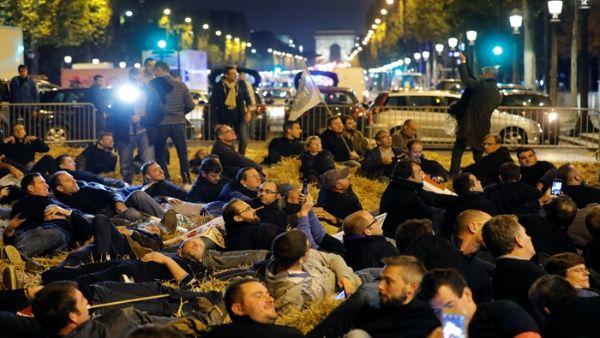 Agricultores franceses cortan Campos Elíseos en protesta