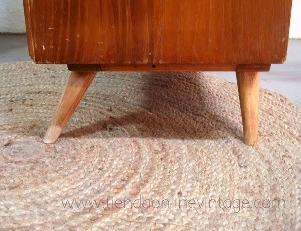 Muebles daneses con patas inclinadas